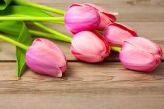 Букет свежих красивых тюльпанов на деревянной текстуре стоковое изображение rf