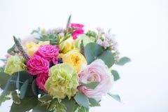 Букет симпатичной весны красочный в вазе стоковые фотографии rf