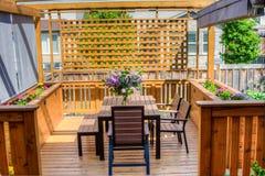 Букет сирени на красивом, деревянном terrase Стоковые Фото