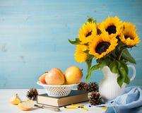 Букет солнцецветов в белой вазе с яблоками Стоковое Фото