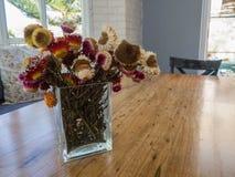 Букет сухого цветка соломы в вазе на таблице Стоковая Фотография RF