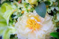 букет с белым большим белым цветком и зеленым разрешением стоковые фотографии rf