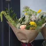 Букет с розами и veronica упаковали в бумаге kraft для букета невесты для продажи Стоковое Изображение