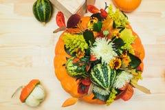 Букет тыкв, цветков и листьев Стоковое фото RF
