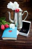 Букет тюльпанов, блокнота с сердцем, бака кофе и белой подарочной коробки Стоковые Изображения RF