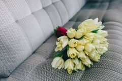 Букет тюльпанов, весна свадьбы на серой предпосылке Стоковое Изображение RF