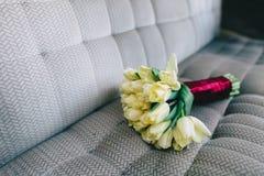 Букет тюльпанов, весна свадьбы на серой предпосылке Стоковые Фото