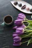 Букет тюльпанов, черного кофе и очень вкусной handmade конфеты Стоковое Изображение