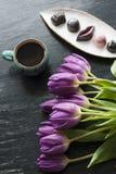 Букет тюльпанов, черного кофе и очень вкусной handmade конфеты Стоковые Фотографии RF