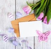 Букет тюльпана и пустая приветствуя карточка пасхи Стоковые Изображения RF