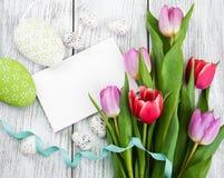 Букет тюльпана и пустая приветствуя карточка пасхи Стоковая Фотография RF