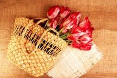 Букет тюльпанов в лозе bag2 Стоковое Фото