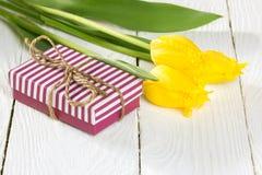Букет тюльпанов и подарочной коробки Стоковое Фото