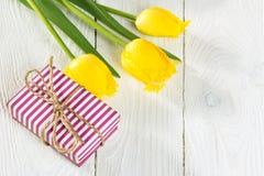 Букет тюльпанов и подарочной коробки Стоковые Изображения RF