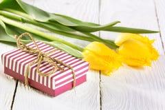 Букет тюльпанов и подарочной коробки Стоковое Изображение RF