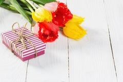 Букет тюльпанов и подарочной коробки Стоковое Изображение