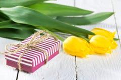 Букет тюльпанов и подарочной коробки Стоковая Фотография