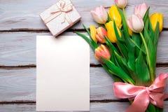 Букет тюльпанов на деревянном столе Стоковое Фото