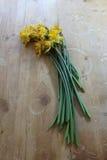 Букет увяданных daffodils на старой деревянной таблице стоковая фотография