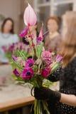 Букет фиолетовых цветков в руках флориста в черных перчатках, различной смеси цветов, сложной комбинации, верхней части стоковое фото rf