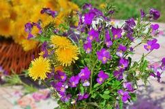 Букет фиолетов и одуванчиков Стоковая Фотография