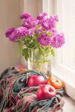 Букет хризантем и плодоовощей на деревянном силле окна Стоковые Изображения RF