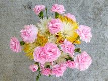 Букет цветка сада на бетоне Стоковая Фотография
