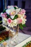 Букет цветка с орхидеями и розами стоковые изображения rf