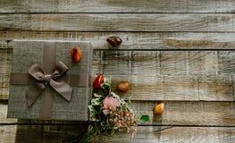 Букет цветка с подарочной коробкой и камень на деревянной предпосылке от верхней части Смогите быть использовано для свадьбы, дня стоковые фото