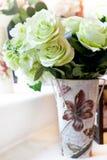 Букет цветков аранжирует для украшения в доме стоковые фото