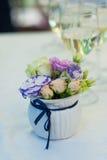 Букет цветков в вазе и 2 стеклах шампанского на таблице Стоковое Изображение RF