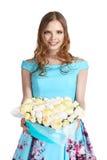 Букет цветков в в форме сердц коробке в руке Стоковая Фотография