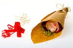 Букет цветков в пергаменте и 2 покрашенный смычок лент o Стоковая Фотография RF