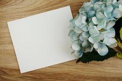 Букет цветков гортензии с экземпляром космоса аранжировать для украшения на деревянной предпосылке стоковое фото