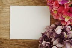 Букет цветков гортензии с экземпляром космоса аранжировать для украшения на деревянной предпосылке стоковое изображение
