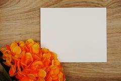 Букет цветков гортензии с экземпляром космоса аранжировать для украшения на деревянной предпосылке стоковая фотография