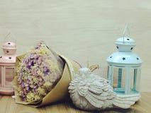 Букет цветков и винтажный фонарик света свечи Стоковая Фотография RF