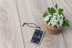 Букет цветков и карточки на деревянной предпосылке Стоковая Фотография