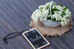 Букет цветков и карточки на деревянной предпосылке Стоковые Изображения RF