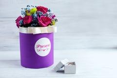 Букет цветков и кольца на белой предпосылке Conce Стоковая Фотография