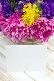 Букет цветков и чистого листа бумаги на деревянных планках Стоковое Изображение