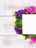 Букет цветков и чистого листа бумаги на деревянных планках Стоковое Изображение RF