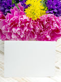 Букет цветков и чистого листа бумаги на деревянных планках Стоковые Изображения RF
