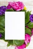 Букет цветков и чистого листа бумаги на деревянных планках Стоковое фото RF