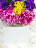 Букет цветков и чистого листа бумаги Стоковые Фотографии RF