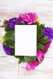 Букет цветков и чистого листа бумаги Стоковое Изображение RF