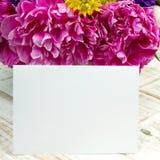 Букет цветков и чистого листа бумаги Стоковая Фотография