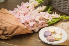 Букет цветков и macaroons Стоковая Фотография RF