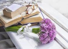 Букет цветков луга, старых книг и стекел на деревянном силле окна Стоковые Фотографии RF