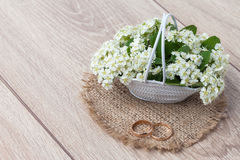 Букет цветков на деревянной предпосылке Стоковое Изображение